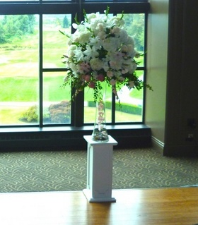 http://www.weddingflowersvancouver.com/apps/site/files/ivory_pedestals_with_glass_vase_and_flowers.jpg